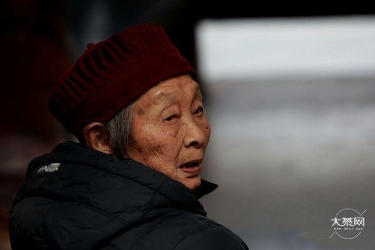 綦江一老人散步忘记回家路,结果市民这样做了......
