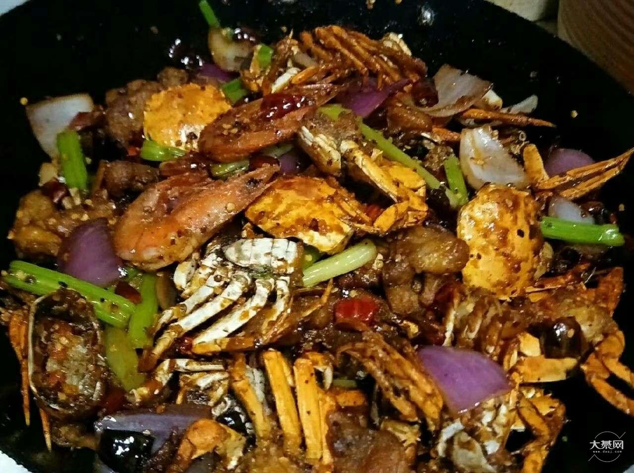 家庭版的干锅香辣蟹,红烧鱼,蒜蓉丝瓜蒸粉丝,我的爱好就是烧菜
