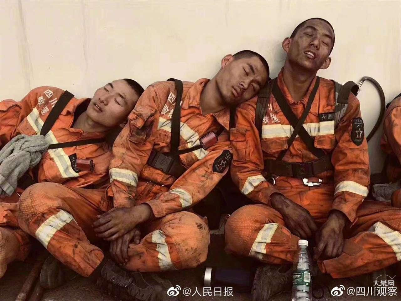 勇士们辛苦了!这是救火武警被烟熏过的脸