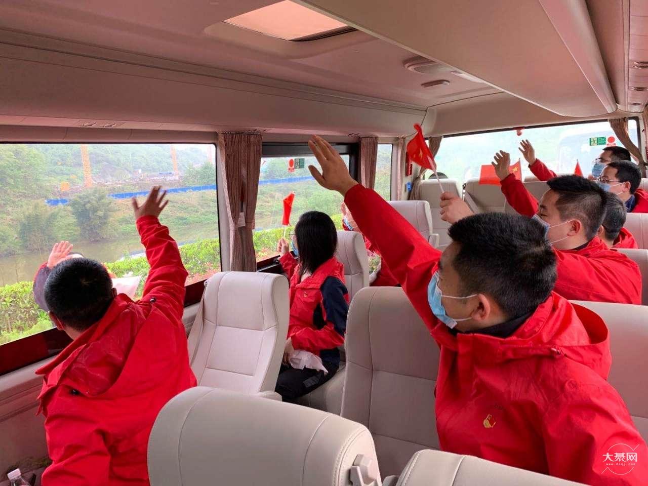 今天綦江的援鄂医疗队员已经从北碚乘车出发回綦。綦城准备就绪,欢迎回家。