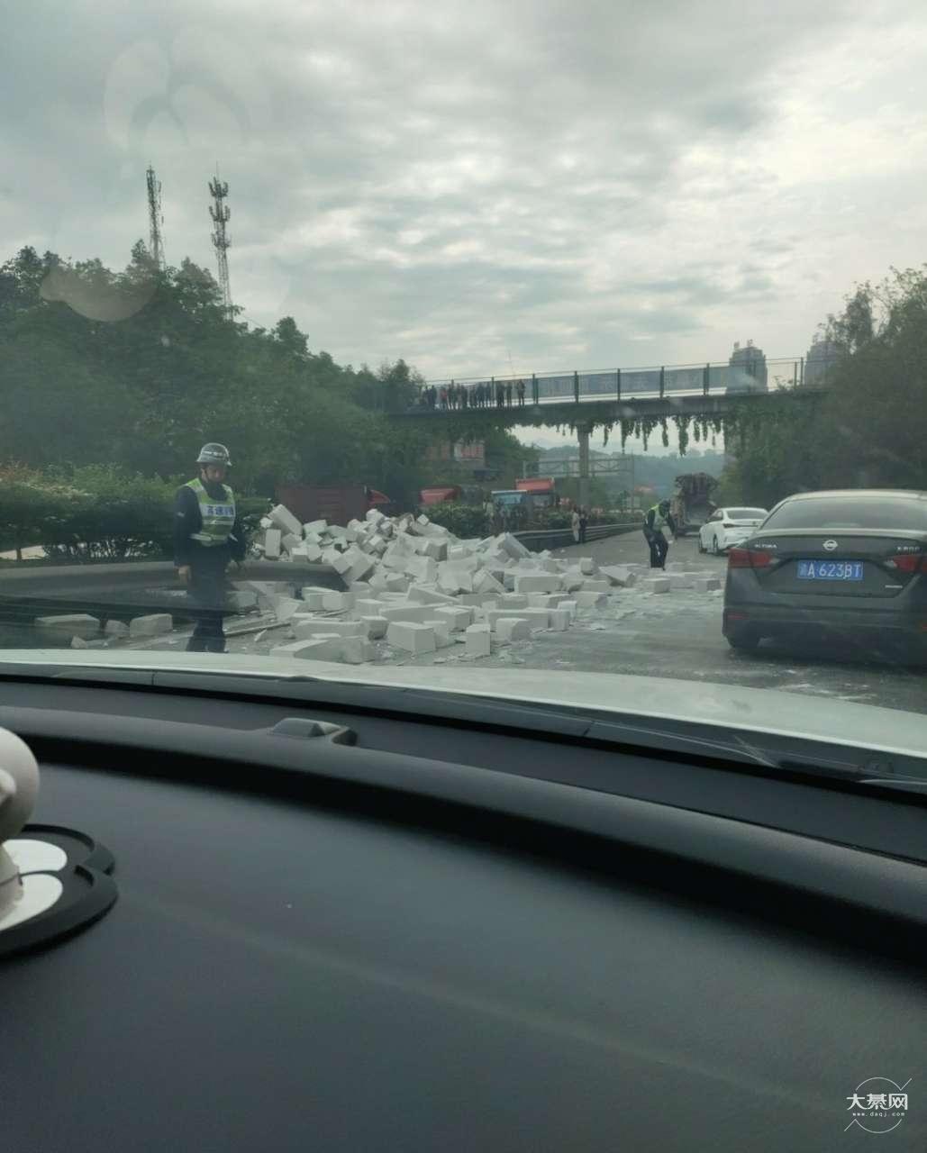 网友爆料:綦江到重庆的现在不要来了!(发生车祸)