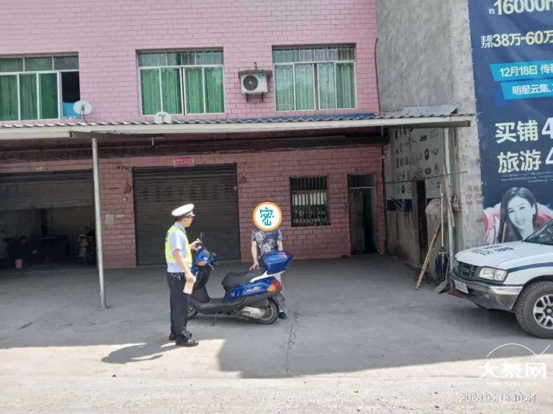 綦江交巡警:查获一起驾驶人未佩戴安全头盔、无牌且无证的严重交通违法行为