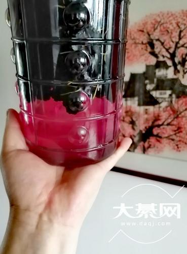桑葚泡酒果然是夏天的颜色,期待这一罐子酒可以很好喝