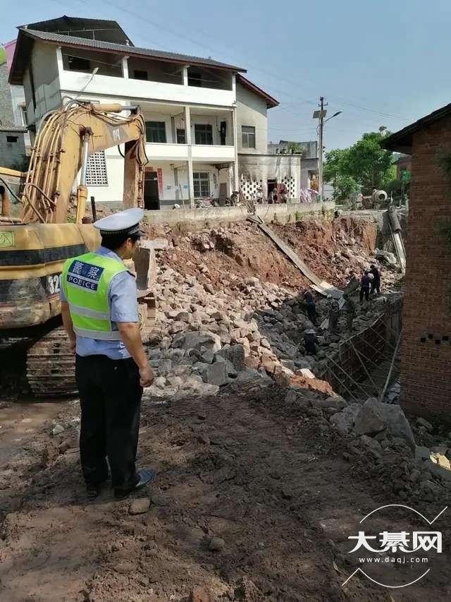 綦江警方:加强雨季道路安全隐患排查