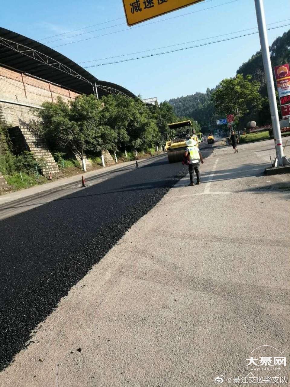 綦江雷神店下道口道路施工,铺设路面,实行交通管制
