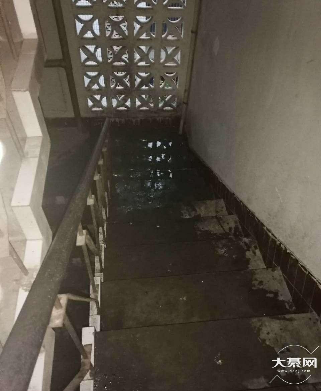 昨天晚上外面下雨,家里被水淹了