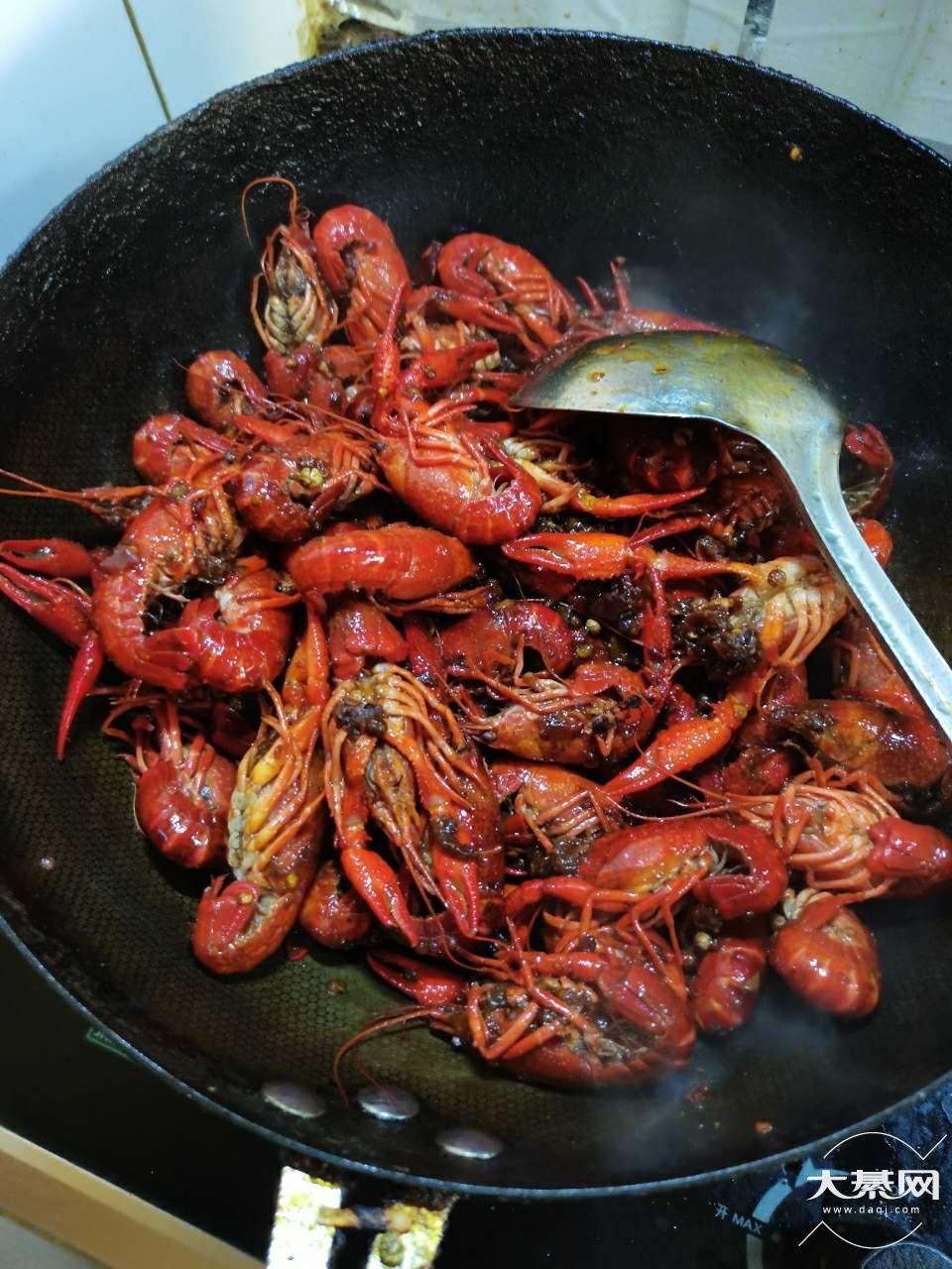 老婆想吃啥咱得会做啥,小龙虾出锅咯!