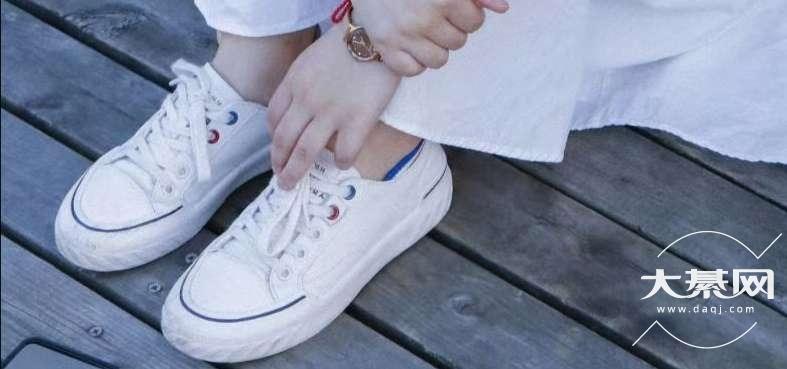 白色帆布鞋啷个洗不会变黄哦