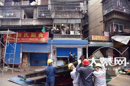 雨棚拆了、环境美了!綦江河东市场拆除违规搭建的雨棚...